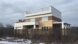 построенный готовый дом с плоской крышей